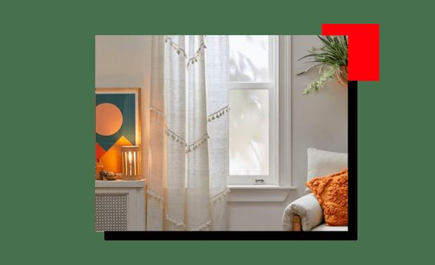 habitación con cortinas